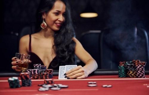 چگونه کارت های پوکر به بازیکنان تعلق می گیرد؟